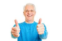 Senior Mann hält beide Daumen hoch