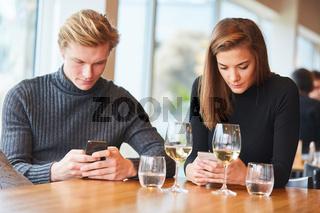 Paar schweigt mit Smartphone in der Hand