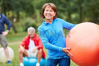 Physiotherapeutin mit Gymnastikball