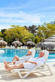 Senioren Paar entspannt am Pool des Spa