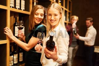 Junge Frauen beim Wein kaufen in der Vinothek