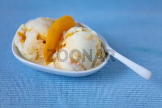 Selbstgemachtes Mangoeis mit Joghurt