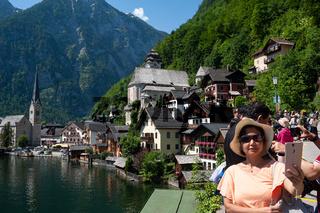 Hallstatt, Salzkammergut, Oesterreich, Chinesische Touristen fotografieren am Hallstaetter See
