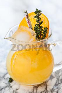 Hausgemachte Limonade mit Orange