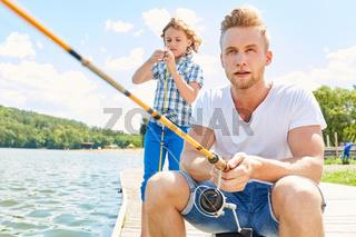 Mann als Hobby Angler mit seinem Sohn