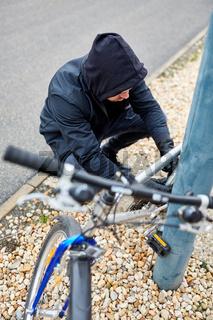 Fahrraddieb beim Fahrrad stehlen