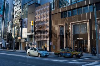 Tokio, Japan, Strassenszene entlang Chuo-Dori Avenue im Einkaufsviertel Ginza