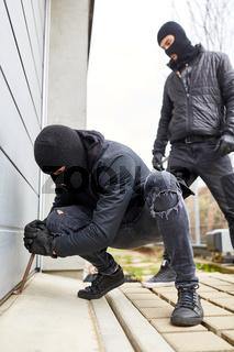 Einbrecher hebeln Tor von Garage auf