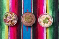 drei mexikanische Salsas auf buntem Holztuch