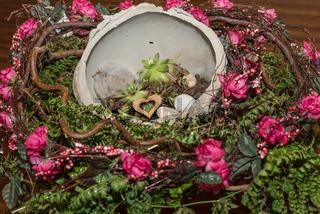 Blumendekoration mit Rosen und Sukkulenten in Schale aus Beton