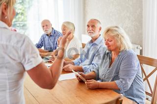 Senioren in einem Computer Workshop