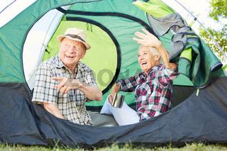Vitales Paar Senioren zusammen im Zelt