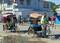 Strassenszene dominiert von Fahrrad-Rikschas
