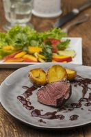 gegrilltes Steak auf einem grauen Teller