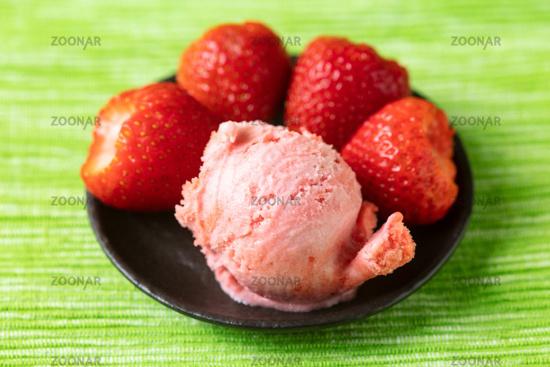 Frische Kugel Erdbeereis mit Erdbeeren