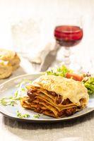 Portion Lasagne mit Wein