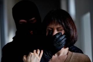 Räuber bedroht Frau bei Raubüberfall
