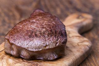 Gegrilltes Steak auf Schneidebrett