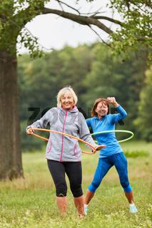 Frauen beim Seniorensport mit dem Reifen