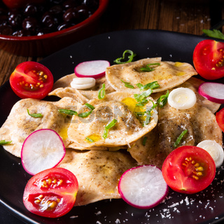 Organic - ravioli Delicate peas with olive oil, tomatoes and radishes