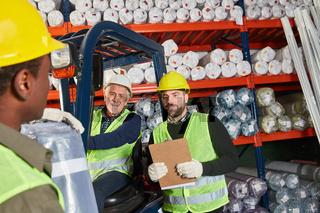 Arbeiter als Logistik Team im Teppichlager
