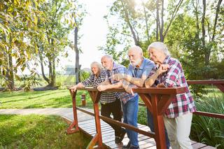 Senioren Gruppe steht auf einer kleinen Brücke