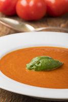 frische Tomatensuppe in einer Suppenteller
