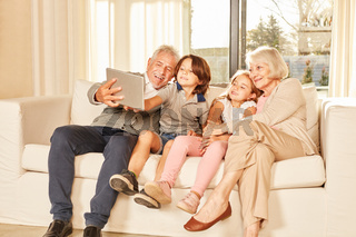 Enkelkinder und Großeltern machen ein Selfie