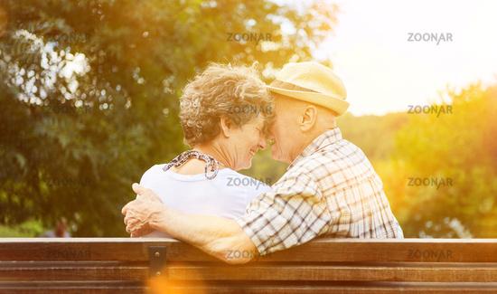 Verliebtes Paar Senioren im Herbst im Park