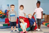 Multikulturelle Kinder als Freunde