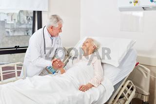 Fürsorglicher Arzt im Gespräch mit Seniorin