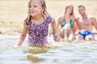 Mädchen beim Baden und Plantschen im Meer