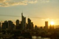 Unscharfer Hintergrund mit Frankfurt am Main Skyline
