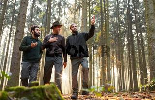Drei Förster bei Ausbildung im Wald