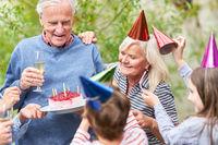 Kinder gratulieren ihrem Opa zum Geburtstag