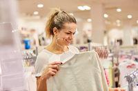 Frau beim Mode einkaufen in Boutique