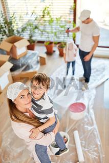 Mutter und Sohn zusammen beim Malern