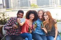 Freunde beim Bier trinken machen ein Selfie