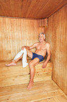 Mann genießt die Wärme in der Sauna