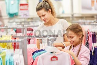 Frau und Kind in einer Mode Boutique