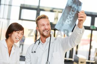 Junge Ärzte freuen sich über einen positiven Befund