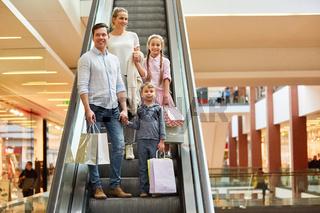 Glückliche Familie im Einkaufszentrum