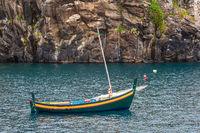 Fischerboot in Camara de Lobos auf der Insel Madeira, Portugal