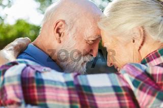 Altes Liebespaar schaut sich verliebt in die Augen