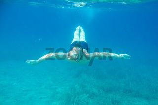Man diving swimming underwater view