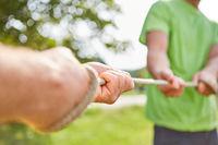 Junge Leute trainieren Kraft und Entschlossenheit