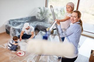 Mutter und Tochter haben Spaß beim Malern