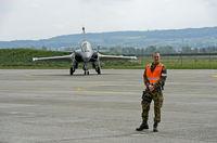 Angehöriger der Schweizer Militärpolizei bewacht ein Mehrzweckkampfflugzeug Dassault Rafale B 4-FU SPA 81 der französischen Luftwaffe