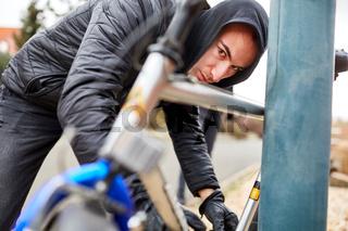 Jugendlicher schließt sein Fahrrad ab