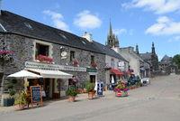 Straßencafe in Guimiliau, Bretagne